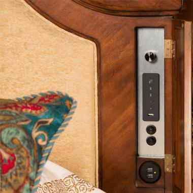 Кровать с декоративной вышитой панелью Размер Cal King
