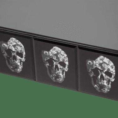 Зеркальная консоль с серебряными черепами